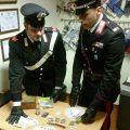 I Carabinieri mostrano il materiale sequestrato