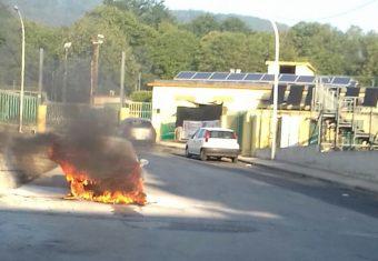 La macchina in fiamme