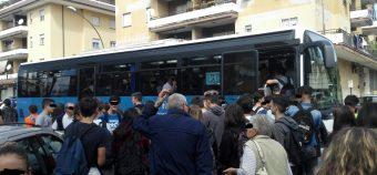 Autobus Cotral pieni di studenti oltre ogni limite a Velletri e Colleferro