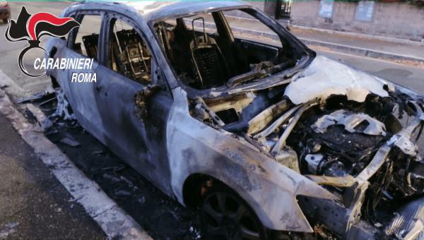 Una delle automobili bruciate dal piromane