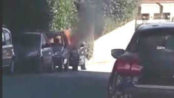 Automobile in fiamme in via Mechelli a Lariano