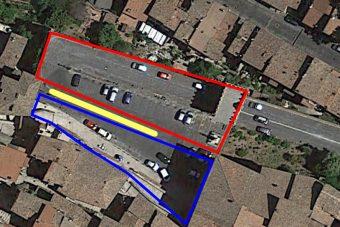In rosso la piazza seicentesca, in giallo l'intercapedine e in blu la piazza medievale
