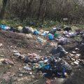 Ancora rifiuti abbandonati: via della Cacciata è un immondezzaio