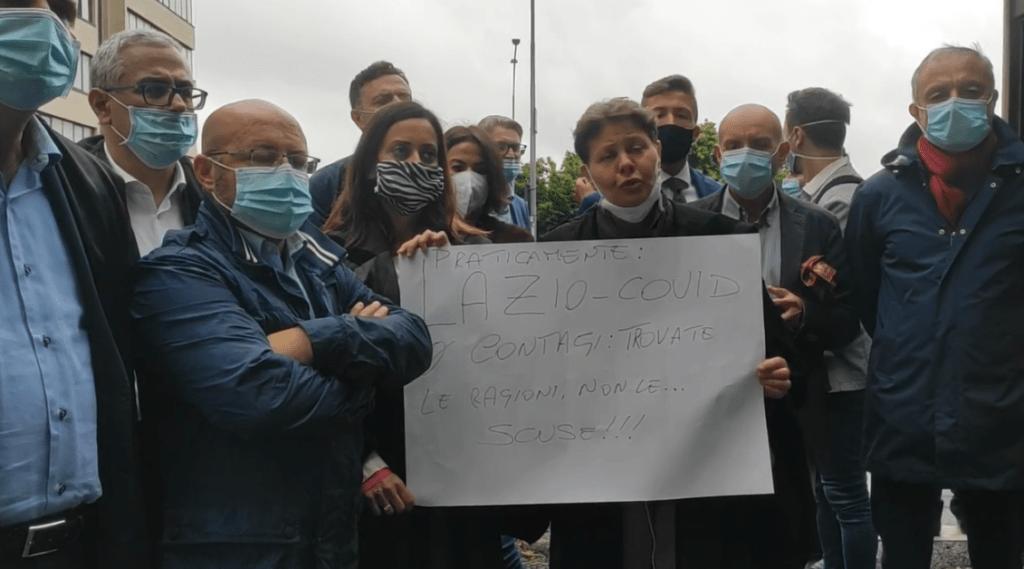 Gli avvocati manifestano davanti al Tribunale di Velletri
