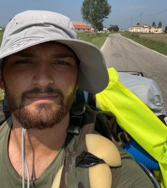 Da Bolzano a Roma a piedi per il Bambin Gesù: l'impresa di Matteo che scuote le coscienze